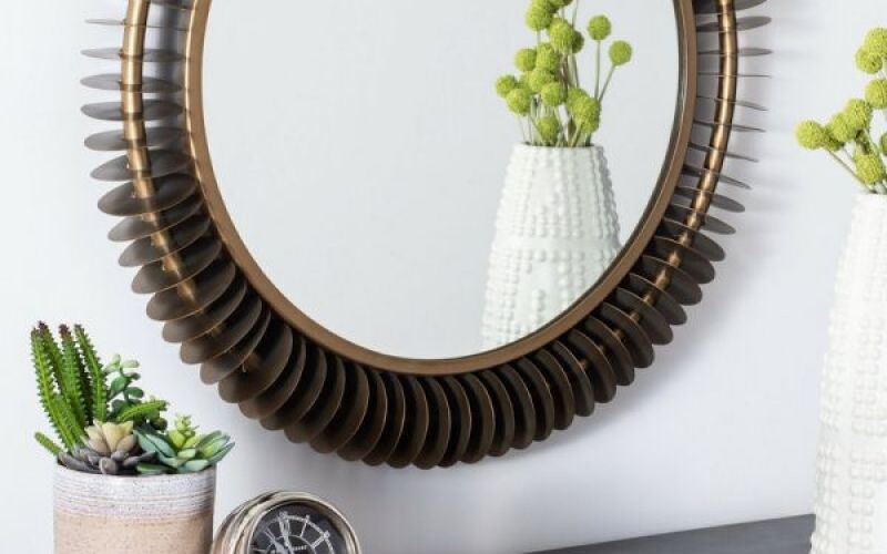 Một chiếc gương tròn được thiết kế nổi bật là tâm điểm quyến rũ