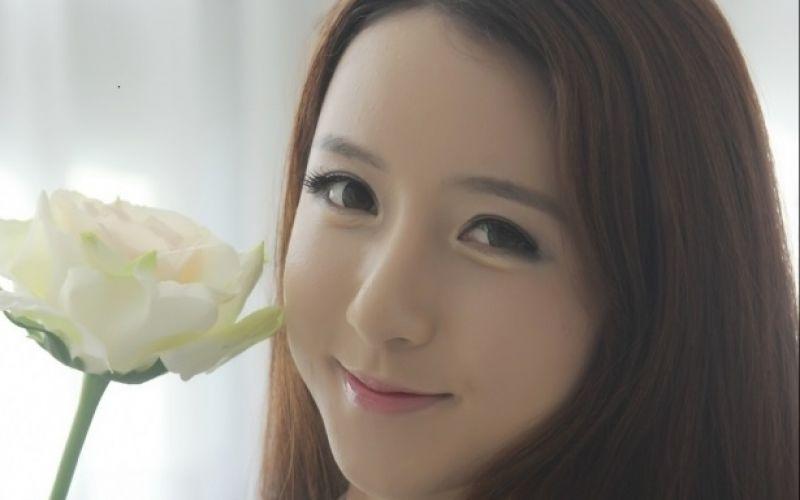 Hot girl xứ Hàn Lee Yeon Yoon khoe sắc ngọt ngào bên xe