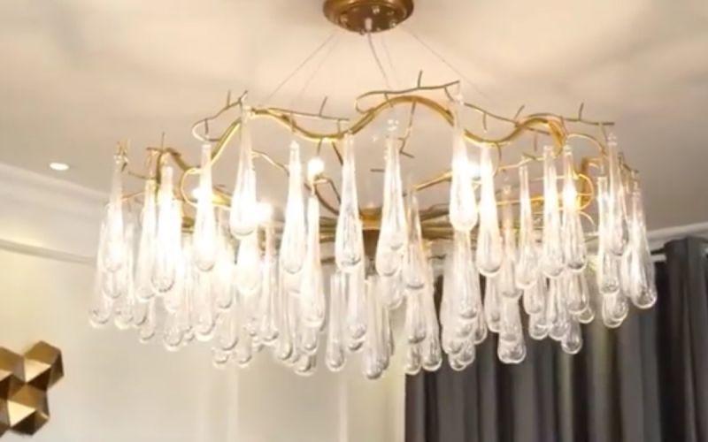 Lắp đặt đèn chùm đồng pha lê cách điệu tuyệt đẹp