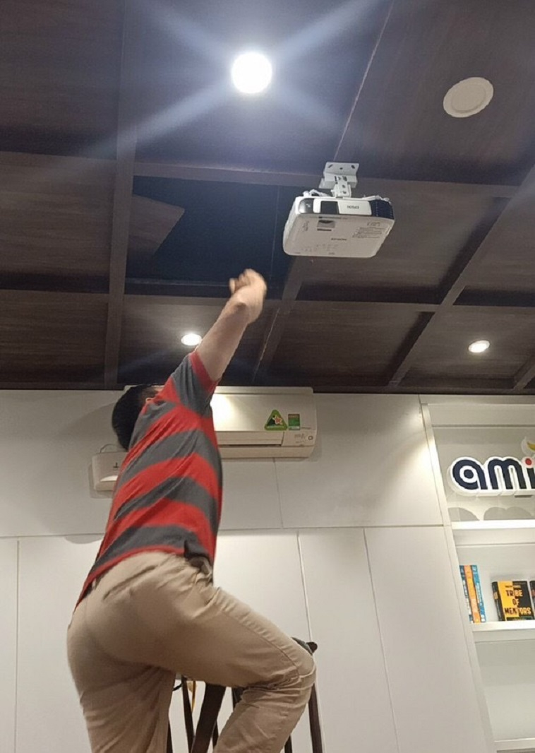 Lap dat thiet bi camera may van phong he thong kiem soat ra vao smart home